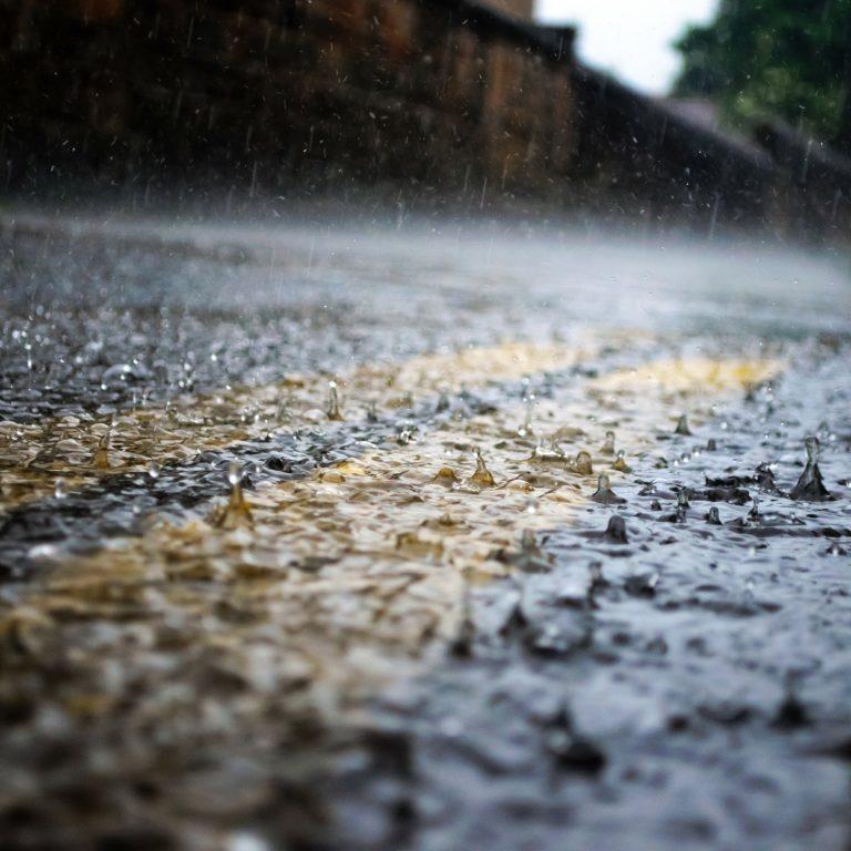 brak kanalizacji deszczowej - jak rozprowadzić wodę opadową
