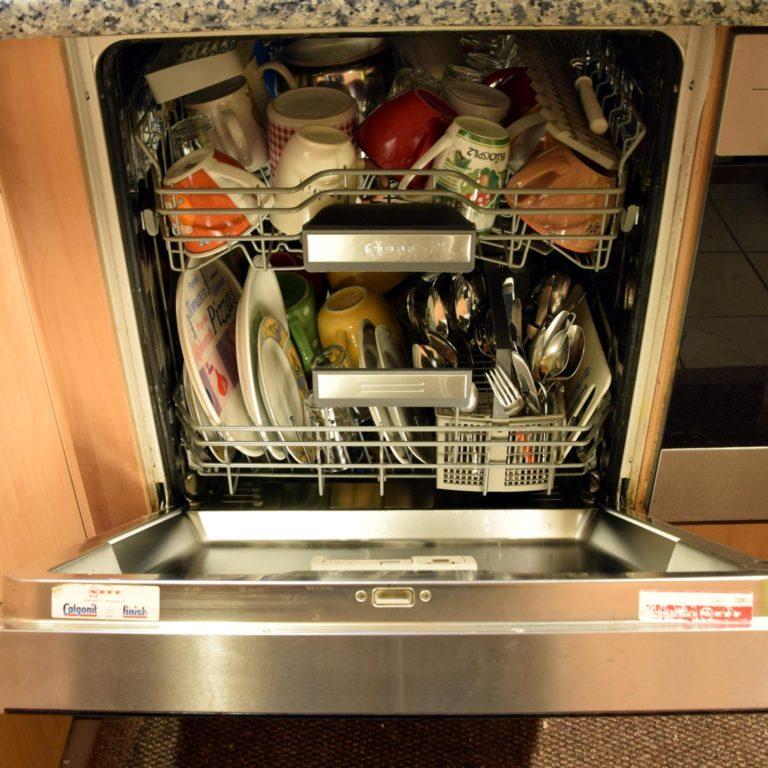 Zmywarka czy ręczne zmywanie naczyń? Sprawdzamy i liczymy