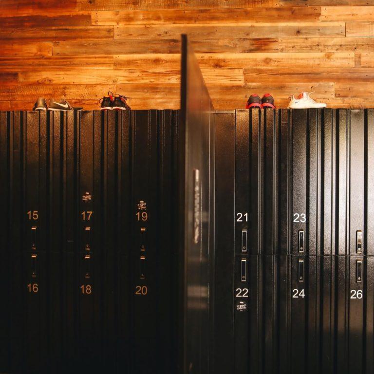 Metalowe szafy ubraniowe – gdzie sprawdzą się najlepiej?