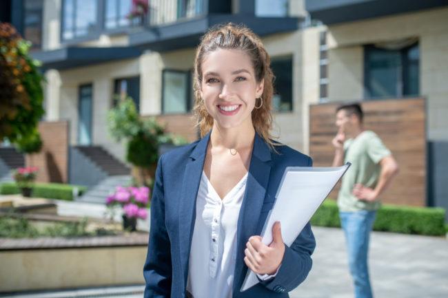 Na co zwrócić uwagę podczas wyboru pośrednika przed kupnem nieruchomości?