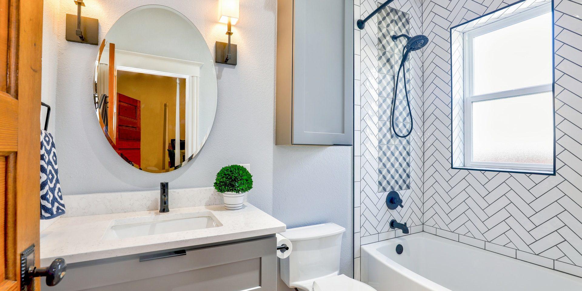 Jak zaaranżować małą łazienkę?