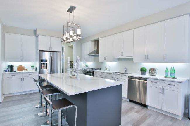 Ponadczasowa i uniwersalna estetyka – płytki drewnopodobne w kuchni