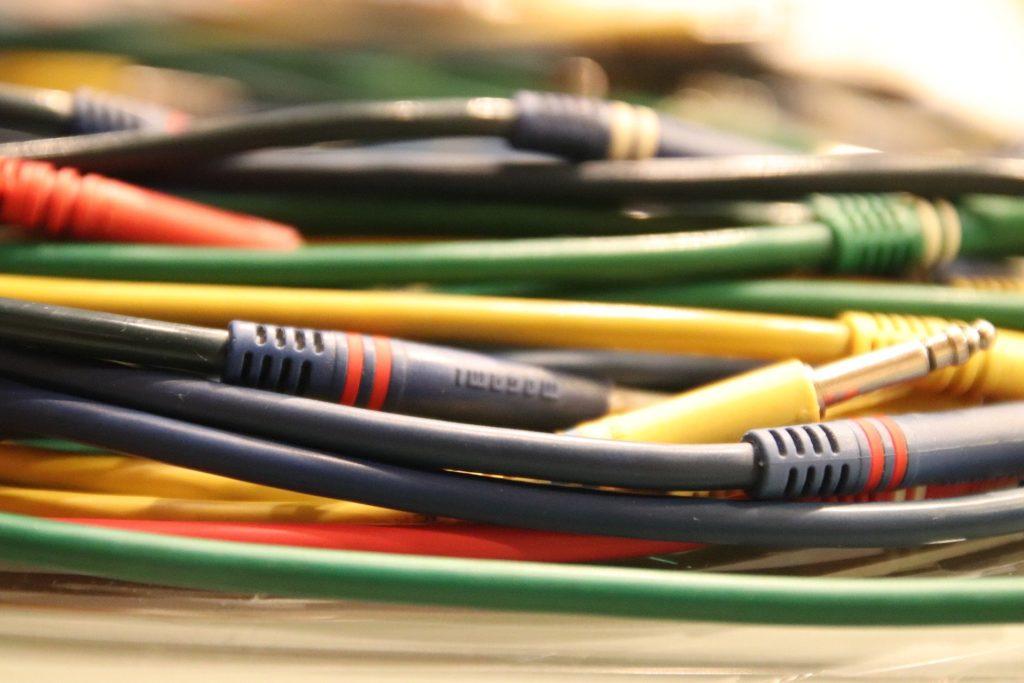 Przewody elektryczne odpowiadają za dostarczanie energii do wszystkich urządzeń. Aby zapewnić bezpieczeństwo i stałość przesyłu energii należy więc odpowiednio je zabezpieczyć